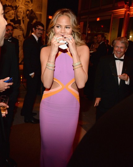 Chrissy-Teigen-Eating-Burger-Vanity-Fair-Oscars-Party