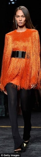 2CC2F76800000578-3249053-Fashion_fan_Model_Jourdan_Dunn_pictured_on_the_runway_during_the-a-18_1443198977317