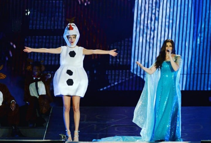 taylor swift and idina menzel (olaf and elsa)